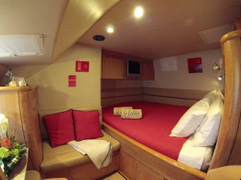 Starboard aft suite with queen-sized bed.