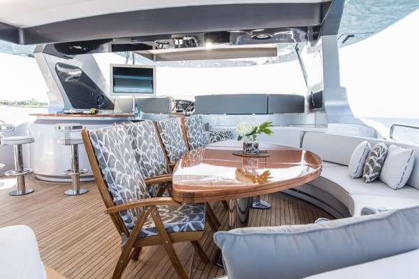 Flybridge Al fresco dining